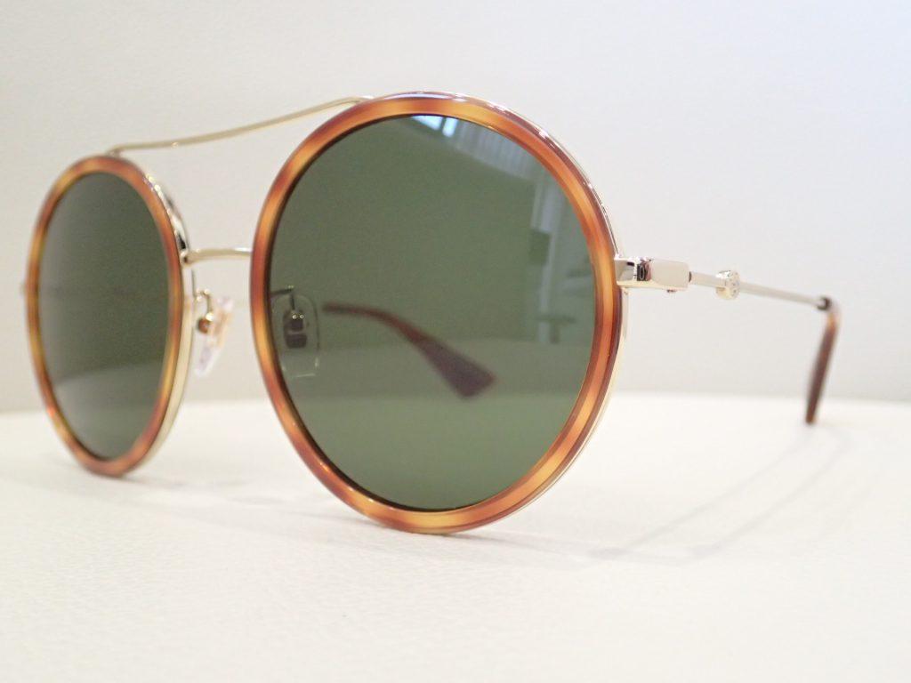 GUCCI(グッチ) GG0061S ラウンドシェイプが特徴的なメタルのウィメンズサングラスのご紹介です。
