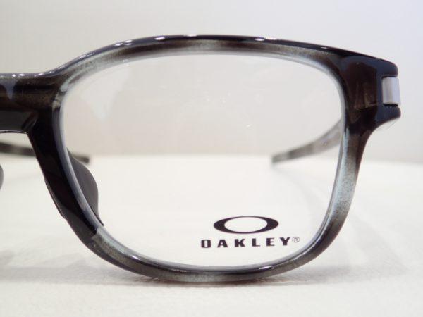 OAKLEY(オークリー) 「OX8114 LATCH SS」 Tシャツにクリップ出来るように作られています。 OAKLEY