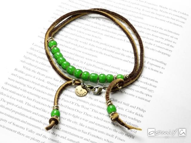 WHITE HEARTS BEADS BRACECODE / Light Brown deer skin / Green beads (SG1037C)