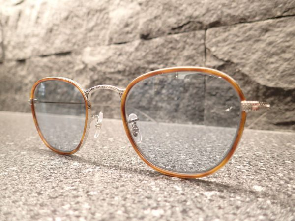 「OV1237J Eoin」六角型のレンズシェイプがクラシカル。-OLIVER PEOPLES