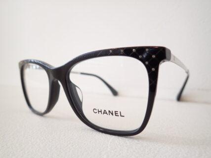 シャネル「3379-B-A」クリスタルガラスを使用したさり気ない高級感。
