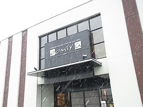 雪なので白のサングラスでも・・・